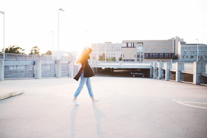 痩せることが目標ならば、カロリーの消費量はある程度増やす必要があります。できれば毎日30分~1時間程度、ちょっと長めの時間を歩きたいものです。毎日それだけの時間をつくるのが難しい場合には、早歩きなどをして運動強度を上げ、カロリー消費を増やすように意識してみましょう。