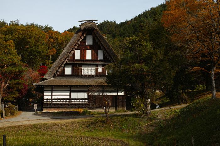 飛騨の里には、それぞれ特徴がある茅葺屋根の民家6軒が移築されています。ここでは、世界遺産となっている岐阜県の白川郷、富山県の五箇山と同じような昔ながらの飛騨で数多く見られた合掌造りの民家を見物することもできます。