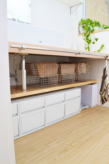 洗面台下の有効活用にもPPの引き出しを並べて収納。 清潔感のあるホワイトグレーでまとめてすっきりとした空間になっています。