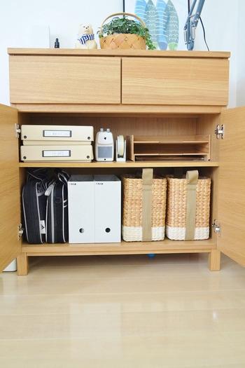 溜まりがちな書類関係は、ファイルボックスを利用して収納。クリアケースなどで書類の種類ごとに分けてしまえば、どこに何があるのかわかりやすくて便利です。  書類のボリュームに合わせて気軽に数を調節できるのが嬉しいですね。