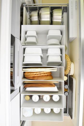 シンク下の収納には、ファイルックスを使って立てる収納に。  上から見たときに、ボウル、保存容器、トレー、調味料と、それぞれを重ねず立てて収納しているので、どこに何があるか一目瞭然。  必要なときに必要なものをサッと取り出すことができ、料理も片付けもスムーズに運びます。