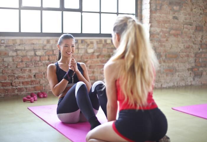 筋トレは筋量を増加させる効果があるので、太りにくく痩せやすい身体をつくることができます。一方でウォーキングは、脂肪を燃焼させる効果が期待できるため、筋トレとウォーキングをあわせることで相乗効果がうまれ、よりダイエットや健康維持に繋がります。