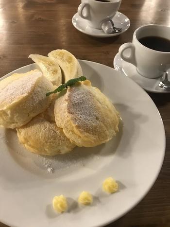 カフェタイムや軽めのランチに、リコッタチーズパンケーキはいかがですか?ふわとろの食感は、本場ハワイの味を再現しています。