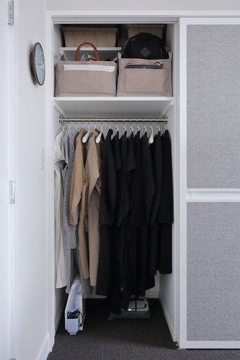 使いづらいクローゼット上の棚は、シーズンオフの衣類や使う頻度の低いバッグなどの収納にするのがおすすめです。