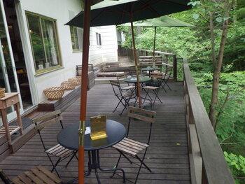 「ジェラテリア HANA」は、定峰川のそばにある一軒家カフェです。自然に囲まれたリラックスできる雰囲気が魅力で、テラス席からは川のせせらぎが聞こえてきます。