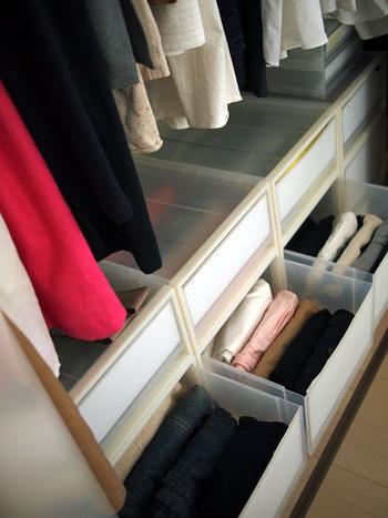 その場合には、低めの引き出し収納を取り入れると◎より多くの衣類を収納することができます。