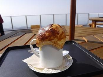 人気メニューの一つはクリームスープ(地のネマガリ竹入り)を雲海に見たてたパイで包んだ「雲海パイ包みスープ」。