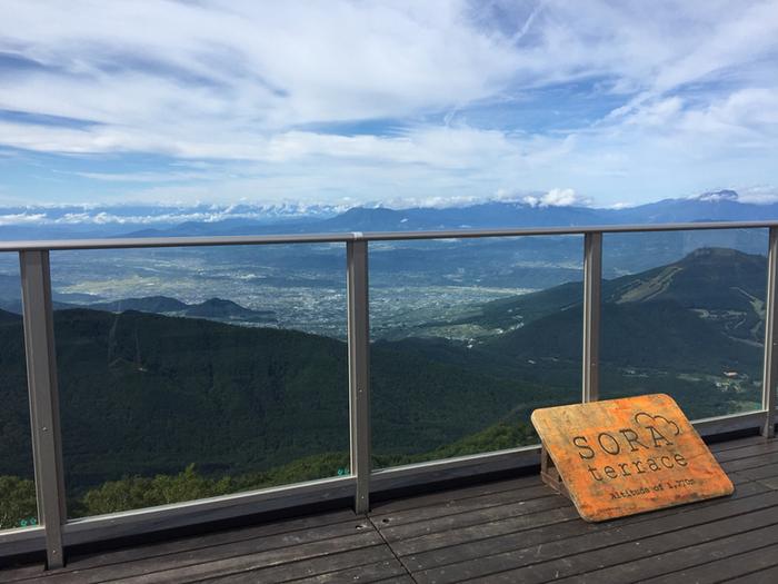 妙高山をはじめとした北信州の山々の眺め以上に、発生率60%以上とされる「雲海」が人気を呼んでいる「竜王マウンテンリゾート」。上信越自動車道・信州中野I.C.から志賀高原方向へ30分ほどで、竜王ロープウエイ・山麓駅に到着です。