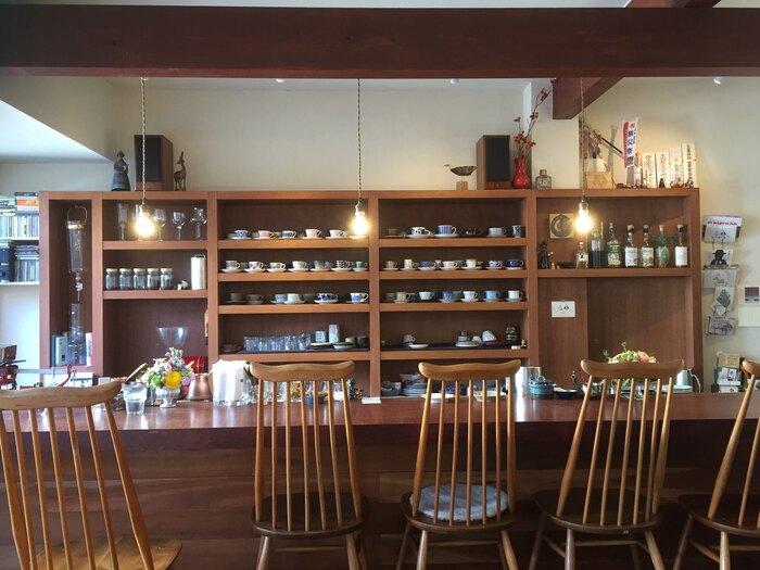 秩父鉄道の御花畑駅から歩いて5分ほど、番場通りの路地裏にたたずむ「喫茶 CARNET(カルネ)」はスパイスカレーとコーヒーが自慢の喫茶店。店内のカウンターの棚には、「ARABIA(アラビア)」や「Rorstrand(ロールストランド)」などの北欧ブランドのカップ&ソーサーが並びます。