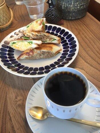 たっぷりのフィリングが食べごたえ満点のサンドイッチも人気です。ランチタイムはブレンドコーヒーor紅茶がセットになっています。