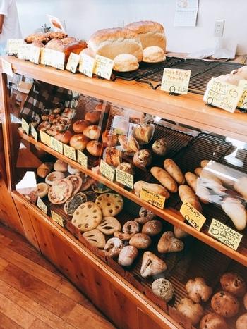 香ばしいパンの香りが漂う店内。ハード系やお惣菜パン、卵・乳製品・砂糖不使用のものなど、毎日約50種類のパンをお店で焼き上げています。