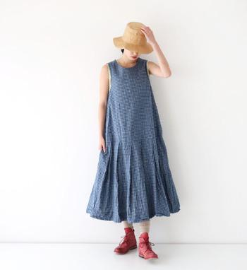 ノースリーブワンピースは、暑い夏の涼しげコーデにぴったりなアイテムです。一枚で着ても重ねてもOKの優秀アイテム、ぜひ夏のワードローブに加えてみてくださいね♪