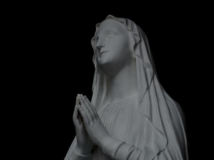 聖母マリア像。 キリストの母で、東京カテドラル聖マリア大聖堂の保護者である聖母マリアの像です。 どこか安らぎを覚える顔立ちは、すべての人の心の母とされる聖母マリアのもつ気質なのでしょうか。