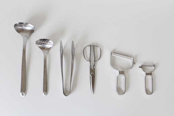 ついつい増えてしまうキッチンツールは、厳選して数を減らすことが大切。 どれくらいの頻度で使っているのか、手に馴染む使いやすい道具かどうか、といった判断基準を設けてどんどん断捨離してしまいましょう。