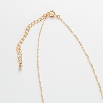 留め具部分はアジャスターになっているため、自分好みに長さ調節が可能。他のネックレスとレイヤードしても◎。