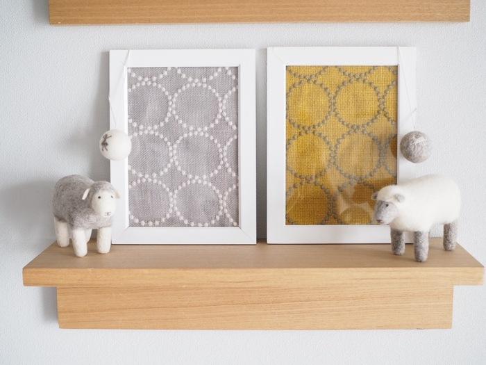 お好みのファブリックが見つかったら、アートのようにフレームに入れて壁に飾るアイデアも。小さなカットクロスでつくれるので、気軽に楽しめますね。