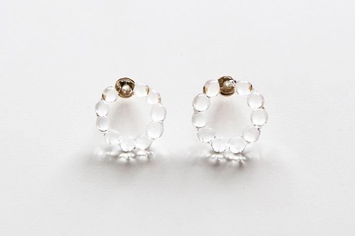水滴を思わせる小さな粒が可愛らしいシンプルなピアス。ガラスでつくられた薄く繊細なモチーフに、ゴールドの金具が上品に映えています。