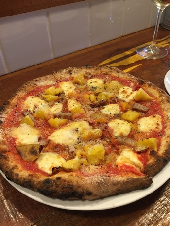 薪窯で焼き上げるピッツァは、全粒粉の独特の風味が感じられます。大きめサイズで食べごたえも満点。