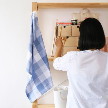 ファブリックを取り入れたくても、どこにプラスするのが良いのか悩んでしまう方も多いのではないでしょうか。  でも難しく考えなくて大丈夫。キッチンの脇やソファ周り、壁などいろんな場所に引っ掛けておくだけでも素敵です。