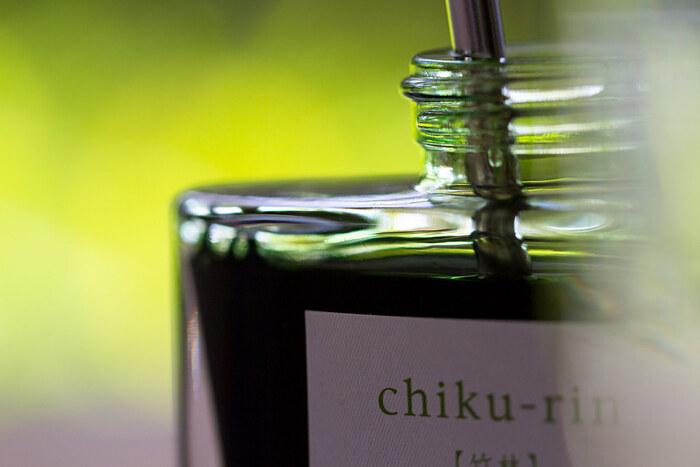 グリーン系は、「孔雀」「松露」「竹林」「深緑」。日本の山々の緑を一つ一つ瓶に詰めたようです。