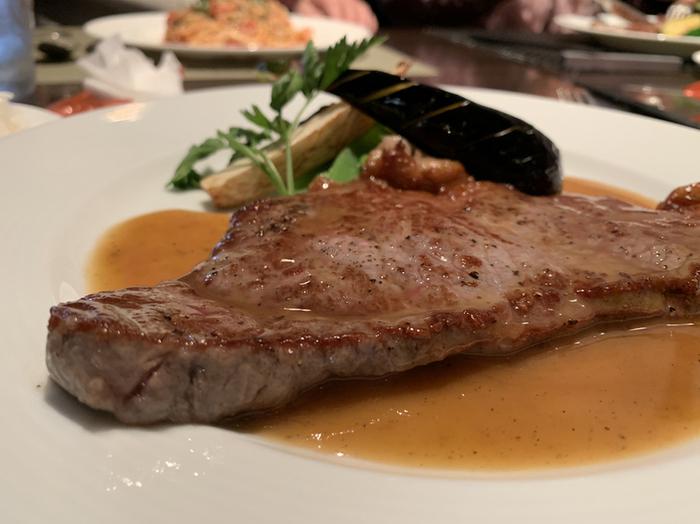 お肉派の方は「ステーキセット」がおすすめです。大きくやわらかなサーロインステーキは、上質で女性にも人気です。アットホームな雰囲気もステキで、何度も通いたくなります。