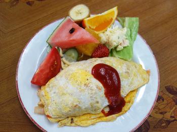 レトロなオムライスは、初めて食べる方もどこか懐かしく感じる味。ポテトサラダや生野菜のサラダだけでなく、カラフルなフルーツが豪快に盛り付けてありインパクト抜群です。