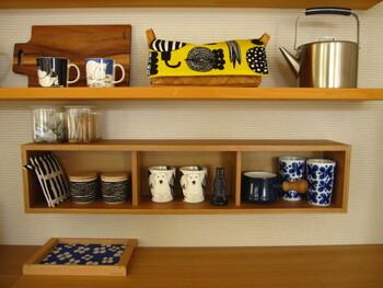 たとえば、キッチン周りの細々としたモノをカゴに集めて、お気に入りのファブリックを掛けてみては。すっきりとしたインテリアに仕上がります。