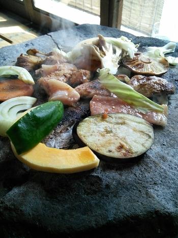 石器焼きは、油を使わないのが特徴。煙が少なく焦げにくい石なので、素材本来のおいしさが味わえます。お肉のほかにも地元のお野菜やきのこを焼いていただけば、秩父の味をおなかいっぱい堪能できます。