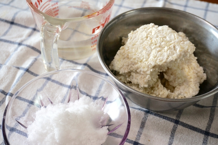 近年のブームで、定番の調味料として定着してきた「塩麹」は、文字にもある通り、「塩」と「麹」でつくられている調味料。麹に塩と水を加えて発酵させた日本の伝統的な調味料なんです。「麹」から作られる調味料は他にも沢山あり、味噌や醤油、酒、みりんなど、日本の調味料のほとんどが、実は「麹」によってつくられています。