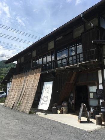 秩父鉄道の長瀞駅から10分ほど歩いたところにある「お豆ふ処うめだ屋」は、できたてのお豆腐ランチがいただけると人気のお店。100年以上経つ古民家が秩父の街にしっくりなじんでいます。