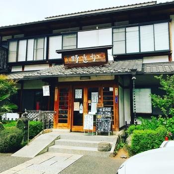 秩父名物の豚みそ丼発祥の店が「野さか」です。西武秩父駅から歩いて3分ほどとアクセスが良いので、観光前のランチにもぴったりです。