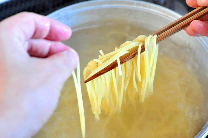 いつもパスタ作りで失敗しちゃうなというあなた。特に塩加減と、茹で時間は十分注意しましょう。 パスタを作る時は、塩分濃度10~13%のお湯で茹でてください。