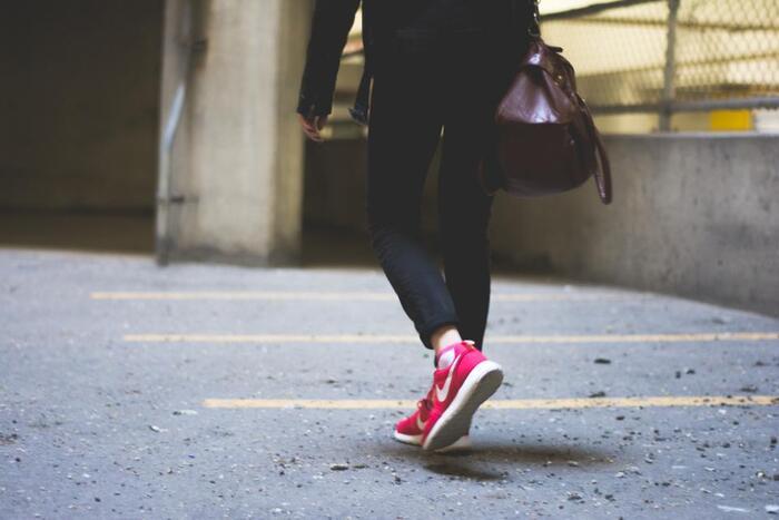 歩き方が原因で足に負担をかけ摩擦してしまうことで、角質層が厚くなってしまうことがあります。靴のどこか一部分が極端にすり減っている時は、歩き方のバランスを見直した方が良いでしょう。