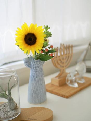 夏といえばひまわりは定番のモチーフですね。明るい黄色が元気な気分に導いてくれることも。こちらのブロガーさんは、リサ・ラーソンのドレスベースをセレクト。涼し気なライトブルーが涼しげ。花瓶の色合いも工夫して、お部屋にクールな落ち着きを加えるのもおすすめです。