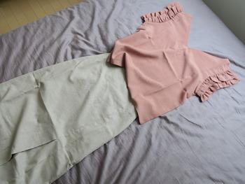落ち着いたカラーと女性らしいデザイン、シンプルで夏らしいファッションですね。袖のフリルが気になる二の腕部分をカバーしてくれるのだそう♪そんな見た目はもちろん、素材がリネンというところも魅力的です。  リネンは、吸水性に優れていて速乾性も期待でき、なお生地の丈夫さなどの特徴があげられます。汗をかきやすい夏に嬉しい。丈夫だから気兼ねなく洗えるのもいいですね♪