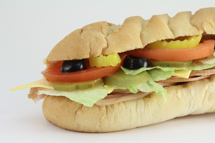 ハムと野菜が入ったシンプルなサンドイッチ。 これはこれでとても美味しいけど、プレスしながらグリルするとパンが温まって、とても食べやすくなります。