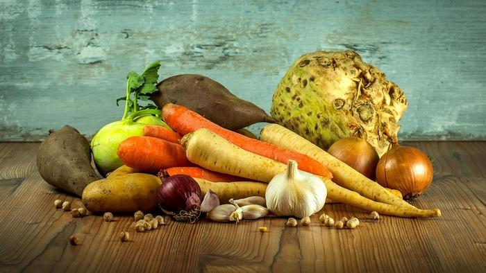 冷蔵庫に入れないで保存しておきたい野菜の収納にも使えます。風通しの良い冷暗所に吊るしておけば野菜の持ちがよくなりそうです。