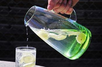 レモンの輪切りやミントの葉と冷たい氷がたくさん浮いた水差し(ピッチャー)があると、カフェにいるような気持ちになりますよね。オシャレなピッチャーひとつで、カフェキッチンに変身です。