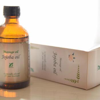 ホホバオイル10ml(小さじ2)をボトルに入れる。 精油を20滴入れ、よく混ぜる。
