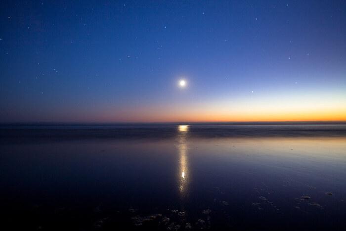月が地球にもたらす影響の1つが潮の満ち引き。 地球の約70%を包む海水が月の引力、遠心力に合わせて、満ちては干いてを繰り返しています。私達の身体も約70%(※)が水分で出来ていますから、同じように影響されていると思うのも不思議ではありません。  (※)体内の水分量は年齢とともに減少します。