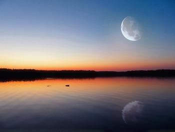 月ヨガでは新月から満月までを「アクティブ期」、満月から新月までを「デトックス期」と考え、それぞれの時期に適切なポーズをとっていきます。