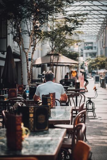 フランスの街角には、必ずと言って良いほどカフェがあります。コーヒーやお食事はもちろん、何より楽しみなのは気の置けない人との会話。何をそんなに話すの?とちょっと不思議になるほど、おしゃべりに花が咲きます。  そうそう、座る場所によって同じコーヒー1杯でも値段がかわり、カウンター席、屋内テーブル席、テラス席の順に値段が高くなります。(屋内テーブルとテラス席は同じ値段の場合もあります。)堅実なフランス人は、ちょっと今日は懐が寂しいな、という時は迷わずカウンターに腰かけます。