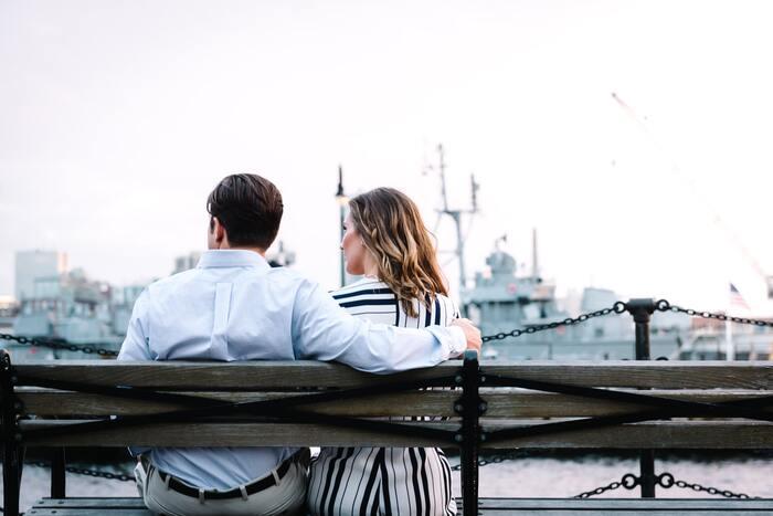 フランス人は結婚しない人が多いと聞いたことありませんか? フランスには、パックス(民事連帯契約)という、結婚しないカップルでも税金優遇や相続ができる仕組みがあり、そちらを利用するカップルが多いというだけのこと。  フランス流にきちんと教会で結婚するとなると、妻や夫のつとめを教会で長い時間をかけて学び(数か月掛けて学ぶところも!)、たくさんの複雑な書類を全て用意しなければならなく、古めかしい印象なよう。特に宗教を信仰していない若者を中心に、より時代に即したパックスを選ぶ人が増えているのです。