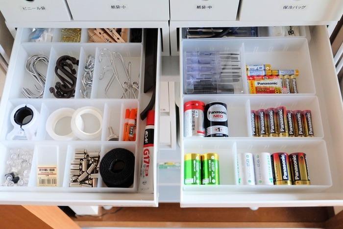 電池や接着剤などのこまごまとした雑貨は、常に必要なわけではないけれど、いざとなると在り処を探し回ることが多いもの。中身をラベリングした収納ケースに整理しておけば、家族も目的のものを迷わず持っていくことができます。電池交換の時には工具が必要になる場合も多いため、電池とドライバーをセットにして保管しているのもポイントですね。