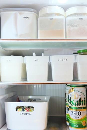 冷蔵庫にたくさんのものが入っていると、食材を探しているだけでどんどん冷気が逃げてしまいます。特に夏場は、「扉の開け閉めはササッと!」が鉄則。こちらのようにケースで分類されていれば、誰でも必要な物がすぐに取り出せますね。さらに『早めに食べる』のケースを作り、中に入れた食材から先に使うことで、賞味期限の見落としもありません。