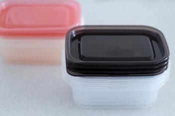 ボーロ用・おせんべい用などの専用ケースも市販されていますが、タッパーならお菓子を開封してからお皿や、ゴミ箱などにもできるなど、汎用性が高くて使いやすいですよ。