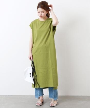 ワンピース×パンツのおしゃれなレイヤードスタイルも、大人の女性に人気の定番スタイルです。清涼感あふれるノースリーブワンピースなら、より涼しげで夏らしい装いに。鮮やかなグリーンのロングワンピースと、カジュアルなデニムの組合せが爽やかな雰囲気ですね。