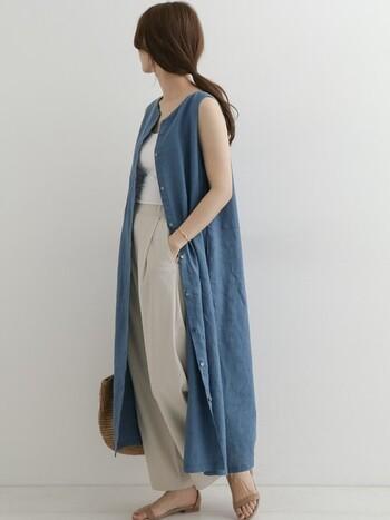 一枚でワンピースとしても、羽織としても使えるおしゃれなフレアワンピース。こんな風にフロントボタンを全部開けて、ガウンのように着るのも素敵ですよ。ベージュ×ブルーの爽やかな配色が夏にぴったり。