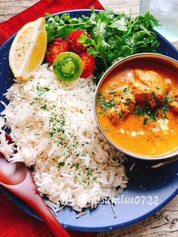インド料理に欠かせない香り米は「バスマティライス」と呼ばれます。こちらもインディカ米の一種ですが、種類は違うお米です。