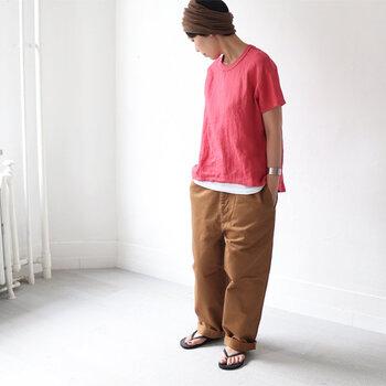 ありそうでない清涼感あるリネン素材を使ったTシャツは、シンプルながらも独特の存在感を放ちます。ふんわりと優しい風合いなので、サーモンピンクなど明るめのカラーも品よくまとまります。同系色のパンツを合わせつつ、間に白Tをはさむことでぐっとオシャレ度がアップ!簡単なのでぜひ真似してみて。